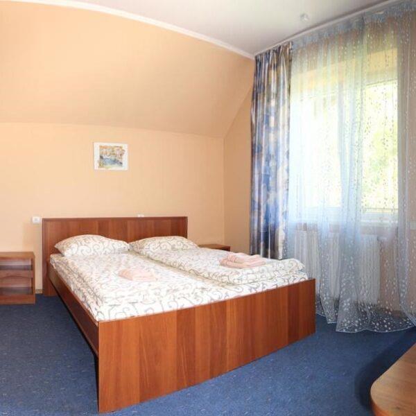 Двуспальная кровать в номере отеля лагуна