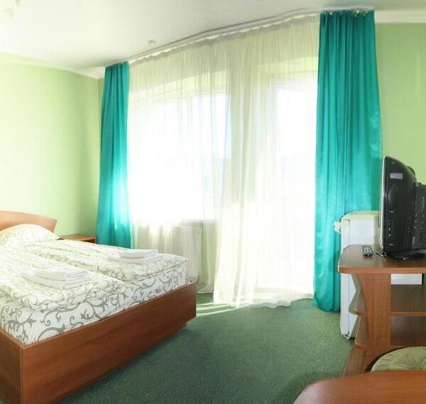 Великі вікна в номері готелю Лагуна