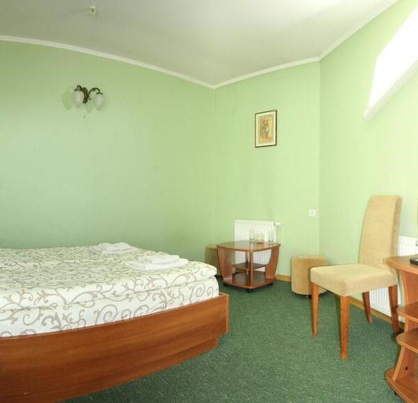 Большая двуспальная кровать номер отеля Лагуна