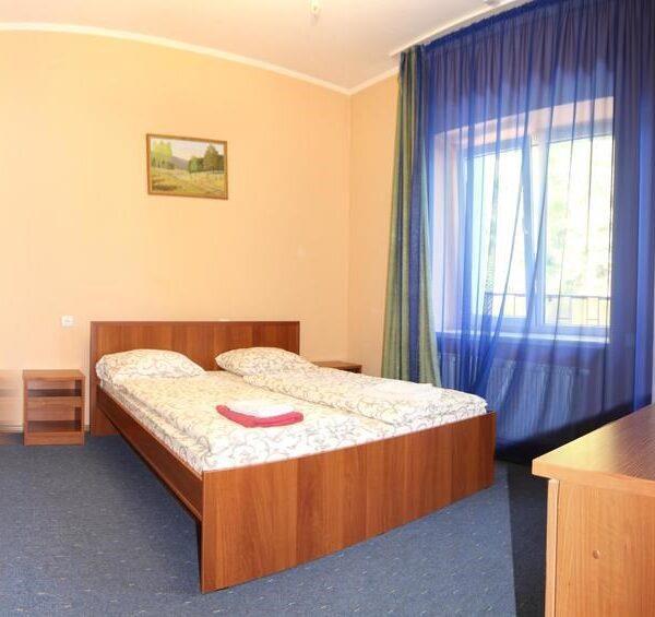 Білосніжне двоспальне ліжко в готелі Лагуна