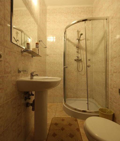 Просторная ванная комната в отеле Лагуна