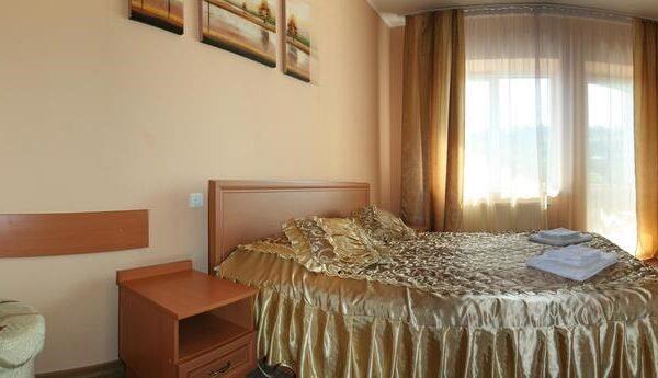 Уютная кровать в номере отеля Лагуна
