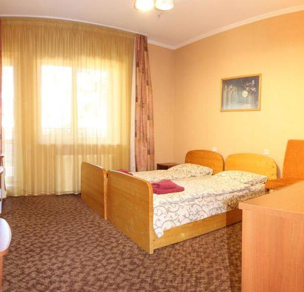 Большой номер з односпальными кроватями отель Лагуна