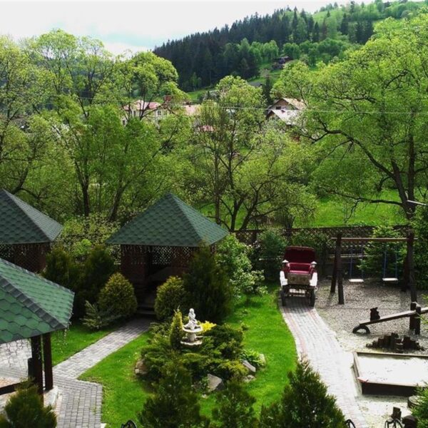 Большая зеленая территория отеля Лагуна Славское