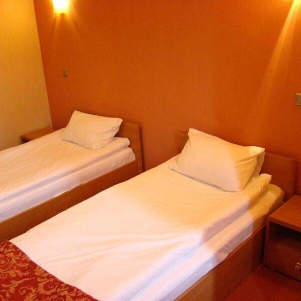 Білосніжні односпальні ліжка готелю Терем