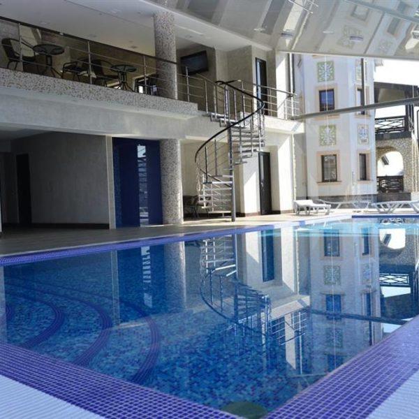 Чистый бассейн в отеле Двор Княжей Короны
