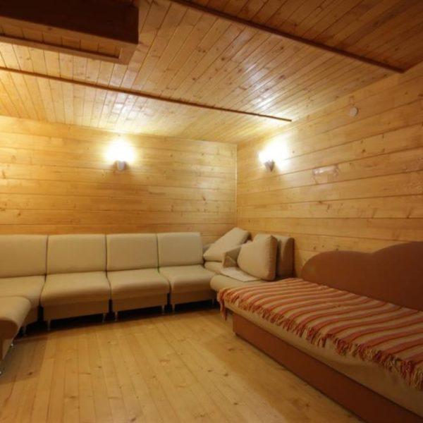 Уютный диван в коттедже вилла Монте Славское