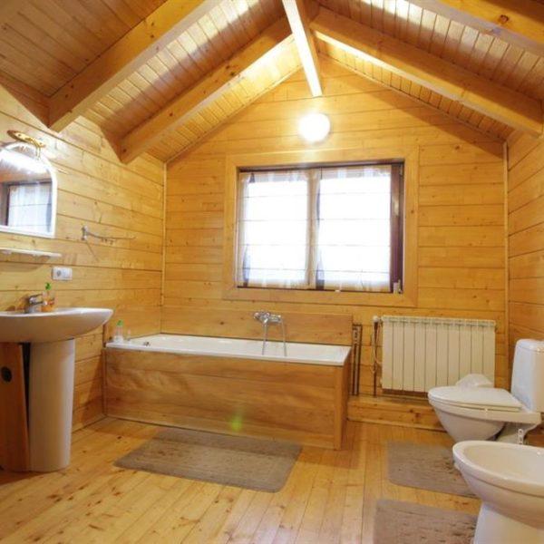 Современная ванная комната в коттедже вилла Монте Славское