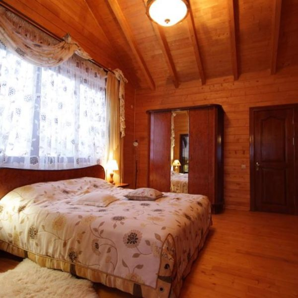 Двуспальная кровать в коттедже вилла Монте Славское