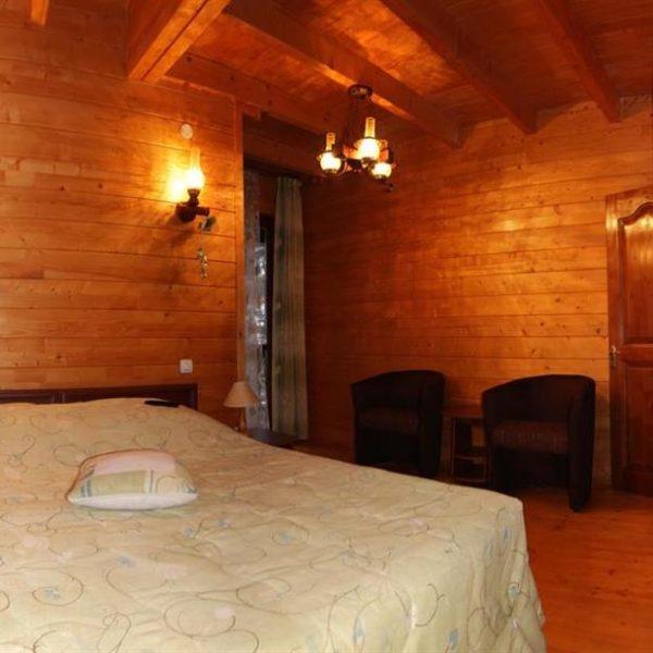 Велике ліжко в котеджі вілла Монте