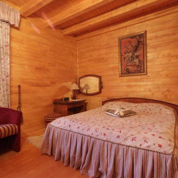 Уюьная большая кровать в коттедже вилла Монте Славское