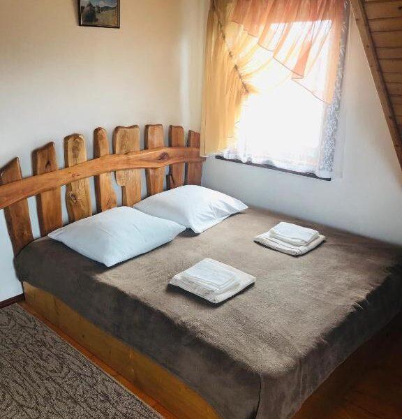 Широке ліжко в номері садиби «Гірський світанок»