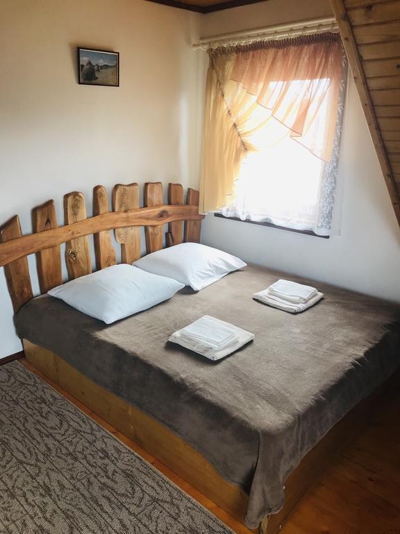 Широке ліжко в номері садиба «Гірський світанок»
