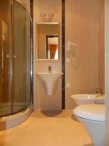 Просторная ванная комната в отеле Золотая Подкова