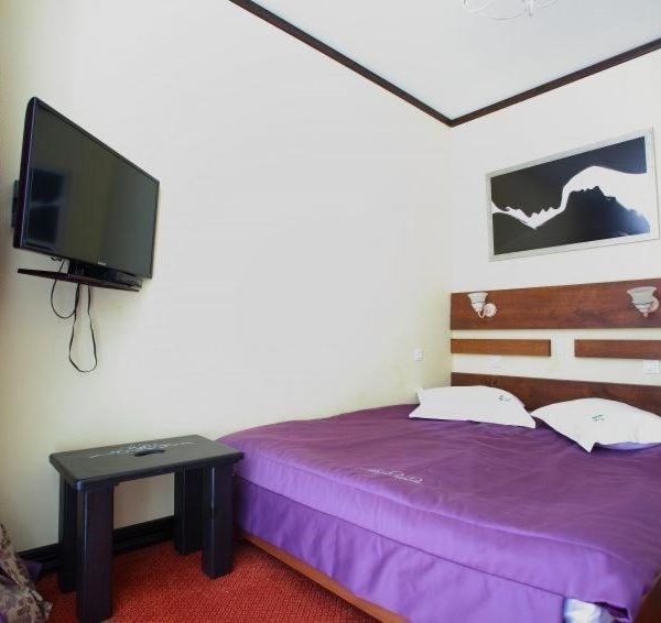 Большая двуспальная кровать в отеле Золотая Подкова Славское