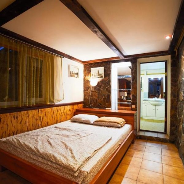 двоспальне ліжко відпочинок комфорт Котедж 12 місяців