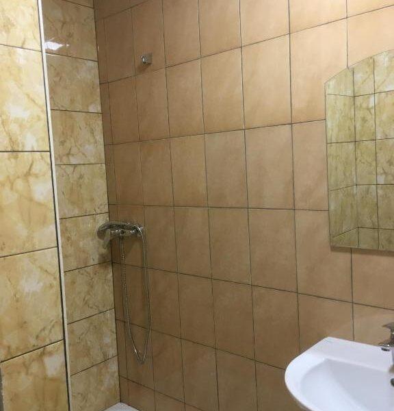 Сучасний душ в номері готелю Терем