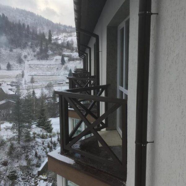 Вигляд на зимові гори в готелі Терем
