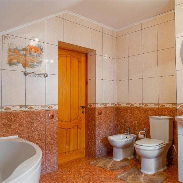 ванная комната в коттедже в горах Альпийка