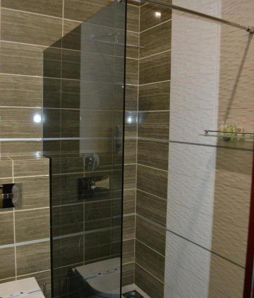 Современный душ в отеле Двор Княжей Короны