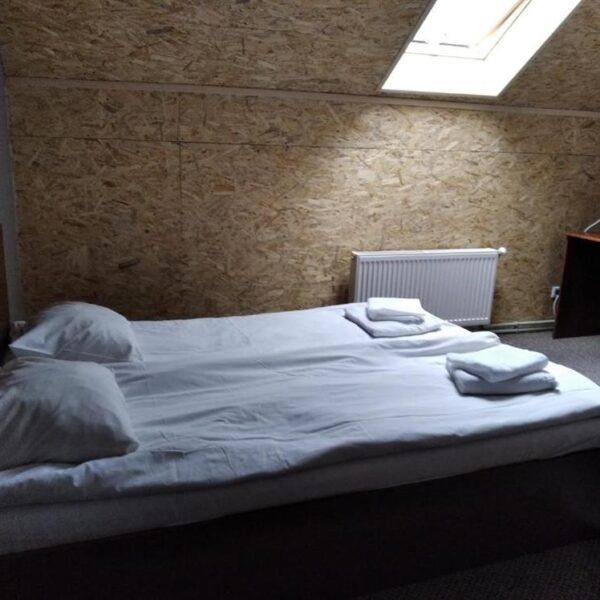 Білосніжне ліжко в номері готелю Терем
