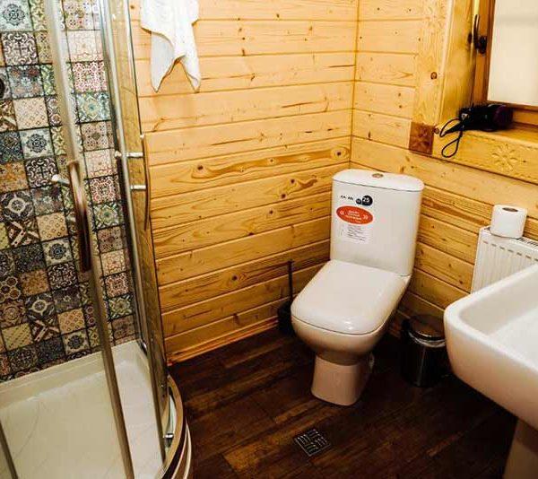 Ванна кімната в будинку з однією спальнею готель Панщина