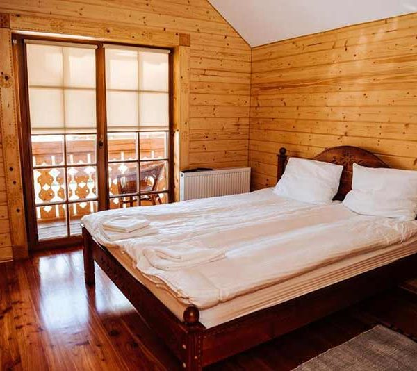 Большая двуспальная кровать в отеле Панщина