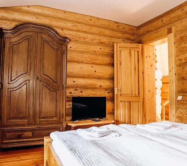 Велика шафа в просторій кімнаті готелю Панщина
