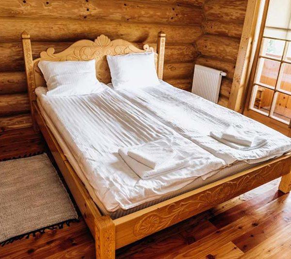Уютная кровать с белой простыней в отеле Панщина