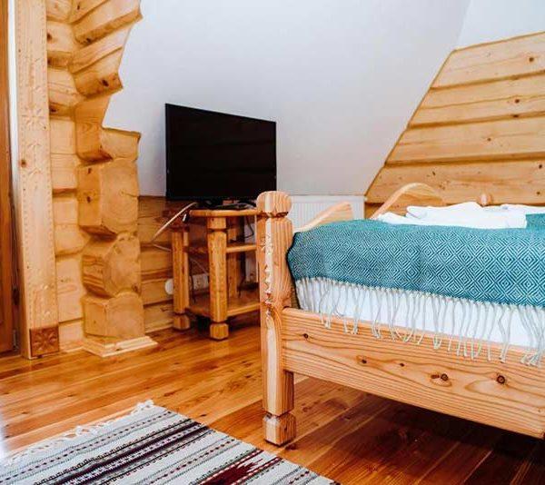 Велике ліжко з телевізом в готелі Панщина