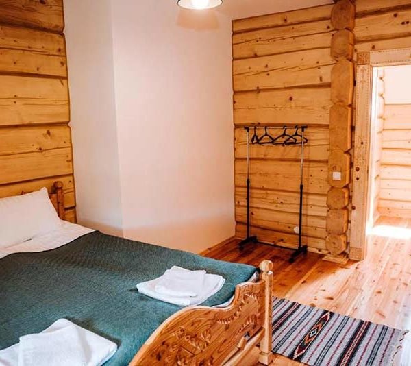 Роскошная кровать с большим шкафом в отеле Панщина