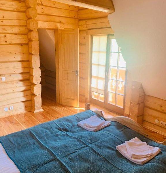 Білосніжне ліжко в готелі Панщина Славське