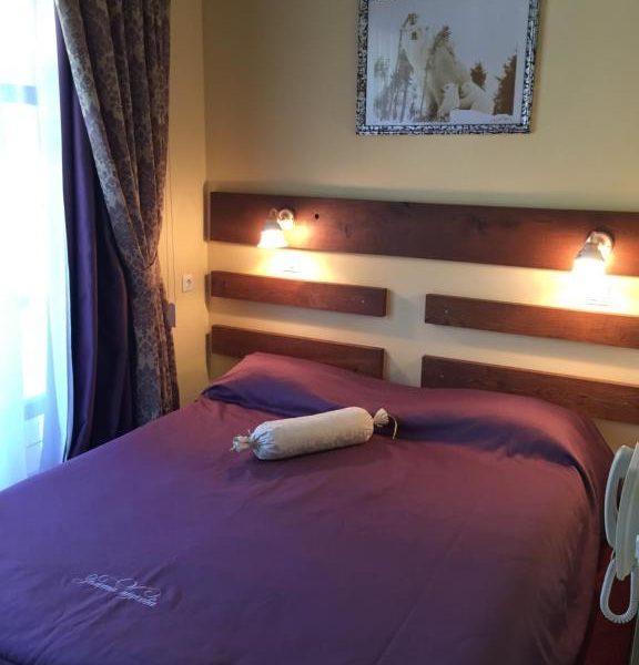 Двоспальне ліжко в готелі Золота Підкова