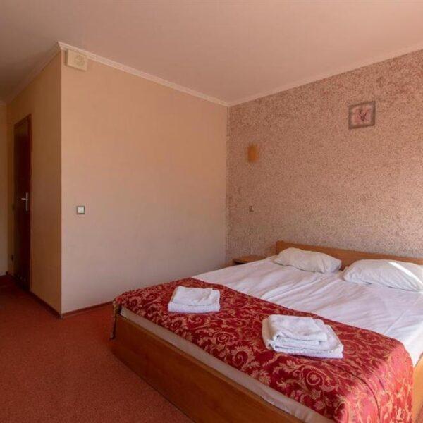 Широке білосніжне ліжко в готелі ТеремніШироке білосніжне ліжко в готелі Теремжне ліжко в готелі Терен