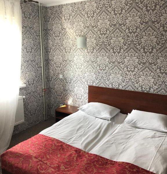 Зручне двоспальне ліжко в номері готель Терем
