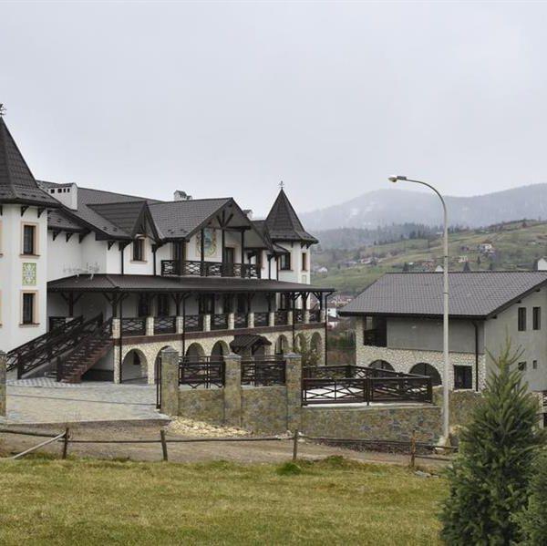 Ухоженная территория отеля Двор Княжей Короны