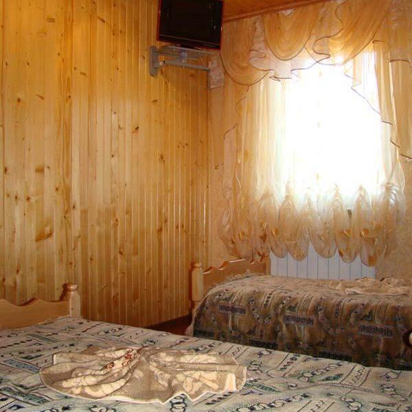 Уютная кровать в отеле Аура Карпат