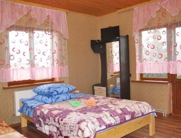 Большая двуспальная кровать в отеле Аура Карпат