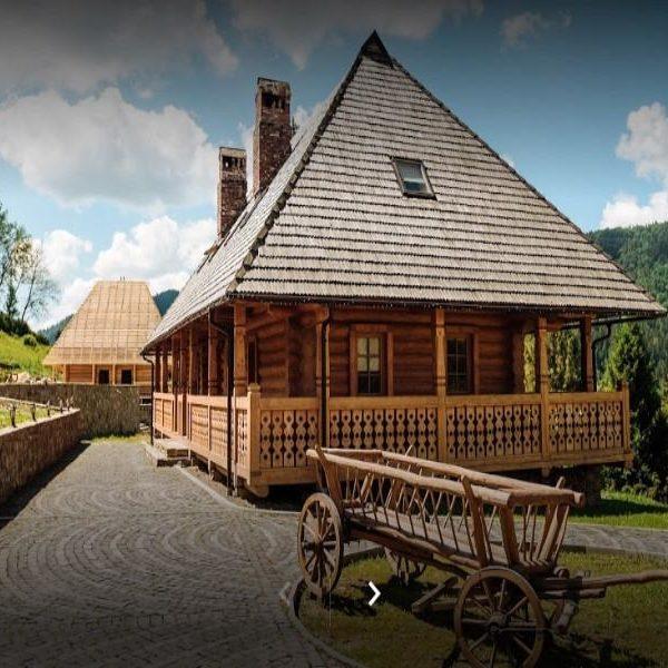 Красивая территория отеля Панщина, Славское
