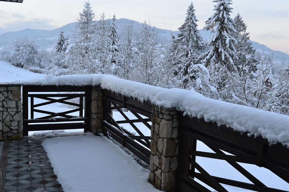 Вид с балкона на заснеженные горы в отеле Двор Княжей Короны