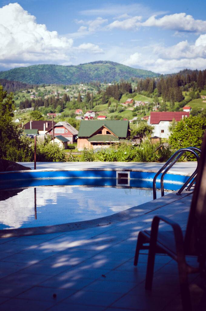 Открытый бассейн в отеле Рандеву