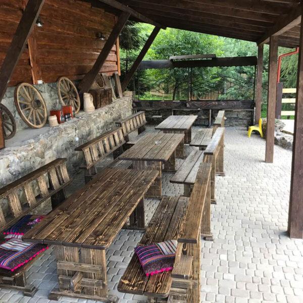 Столы со стульями на улице в отеле Рандеву Славское