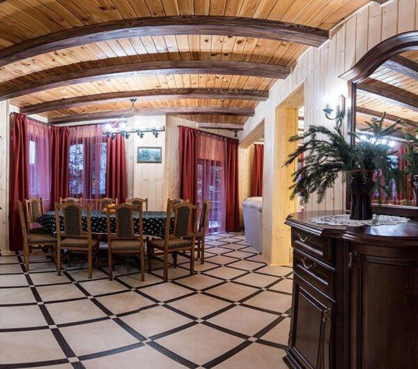Велика кухня в готелі ЛІсовий маєток