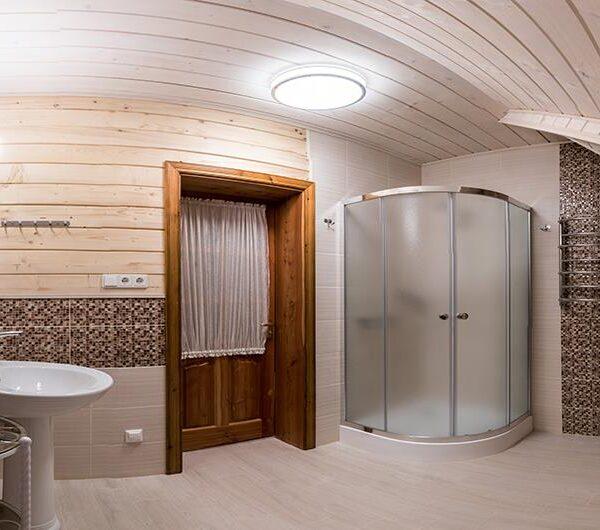 Просторная ванная комната в доме «Лісовий маєток»