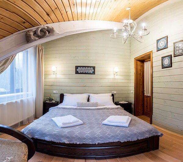 Широке двоспальне ліжко готель «Лісовий маєток»