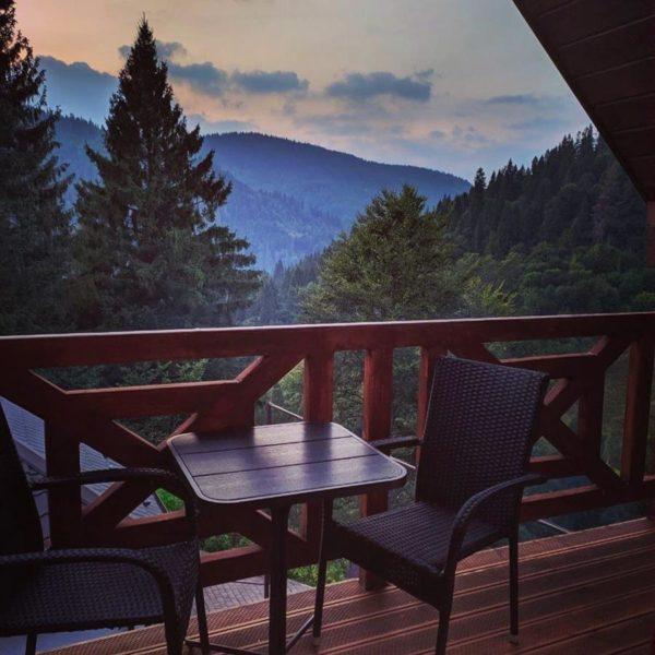 вид з котеджа на гори вілла Альпійка Славське