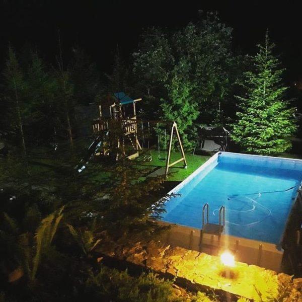 вечером вид на открытый бассейн горы Славское Альпийка