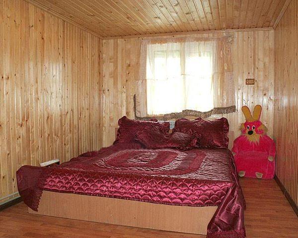 Двуспальная кровать в отеле Аура Карпат