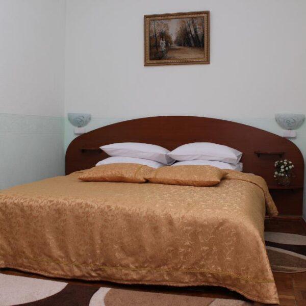 Двуспальная кровать в санатории Дубрава