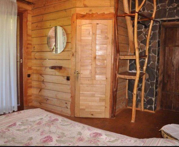 Дерев'яний номер в готелі Рандеву
